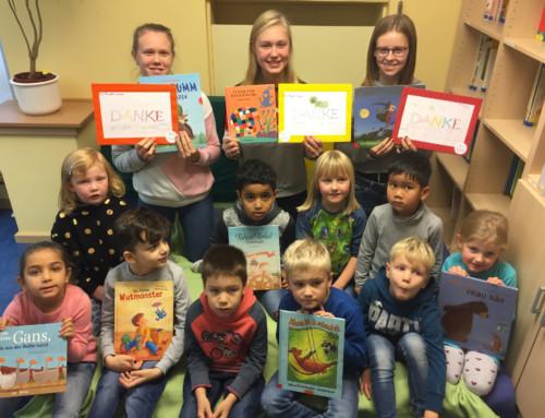 Schülerinnen lesen im Kindergarten vor